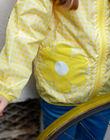 Gelbe Windjacke mit Kapuze und Druck ZOUVICHETTE / 21E2PFM1CPV106